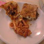 Antipasto: totani in guazzetto, tortino di gamberi e zucchine e crostino melanzane e palamita