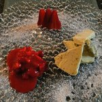 Basilikumparfait mit Erdbeerragout