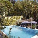 L'albergo e' dotato di ampio giardino con piscina e parcheggio