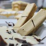Natillas con polkas de Torrelavega y virutas de chocolate.