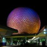 Spaceship Earth de nuit