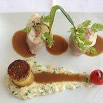 Tournedos de lapereau au lard, foie et thym, purée de céleri et pomme bouchon, jus à l'ail dou
