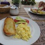 Desayuno con Pan casero, huevos y exquisitos jugos