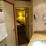 Badkamer richting kamer, met deur naar seperaat toilet