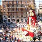 Статуя Богоматери, одетая в цветы в дни празднования