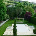 Vue de la chambre sur la piscine et le château d'Aubenas