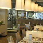 Cuisine vitrée, donnant sur la salle du restaurant