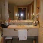 salle de bain avec baignoire a bulles