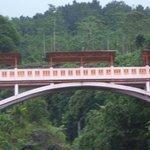 di sini pernah dibangun jembatan gantung yang menghubungkan dua bukit di bawahnya mengnalir sung