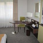 Schreibtisch und Kaffee-Ecke