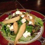 теплый салат с грушей, авокадо и сыром Фета