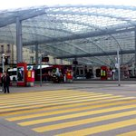 Baldachin: Glasdach über Zugang zu Bahnhof
