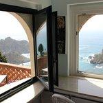 Окошко из кухни с видом на балкон номера и Изола Белла