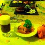 Dessert (en arrière plan, la sélection de fromages)