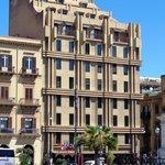 L'Hotel Politeama dalla piazza omonima.