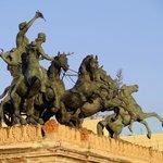 Quadriga e statue equestri al tramonto.