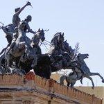 Quadriga e statue equestri al mattino.