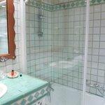 Salle de bain chambre avec baignoire