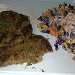 Riquísimas hamburguesas vegetales por dentro, acompañado de ensalada paraguaya