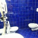bagno. dietrio di me c'è la vasca. si vedrá in un'altra foto. il bagno è spaziosissimo