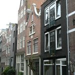 Hay habitaciones en varios edificios, el de los balconcitos era el nuestro