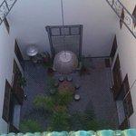 vue sur le patio et la fontaine