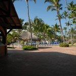 Blick von Beachbar zum Poolbereich