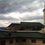 blick aus dem Zimmer, über den Dächern von Villach hinweg.