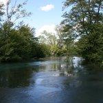 ...Veduta del fiume Sorgue accanto al campeggio...