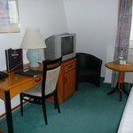 Röhren-TV und Ausblick auf Mauer in Zimmer 326 des Mirage-Hotels Mühlhausen