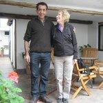 Mi esposa con Carlos hall de entrada