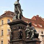 Der Erzherzog-Johann-Brunnen mit den allegorischen Darstellungen der 4 historischen steirischen