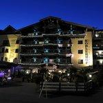Hotelansicht bei Nacht
