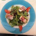 Der Salat mit Käse und Spargel.