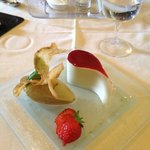 dessert à la rhubarbe, chocolat blanc, nougat, fruits torréfiés