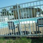 La piscina es lo suficientemente grande y tibia.