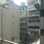 雑居ビルの裏側はこんな感じ。危険な雰囲気一切無し