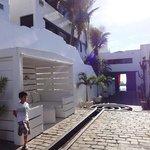 O entorno do hotel lembra os hoteis da Grécia, todo branco
