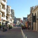 Calle donde se ubica el restaurante, se divisan las sillas rojas de su terraza