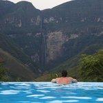 Вид из бассейна на водопад Гокта
