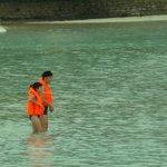 Attraction comique : les chinois se baignent dans 30cm d'eau à 30° avec leur gilet de sauvetage