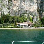 Blick vom See zum Hotel