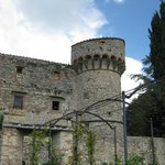 Blick auf einen Eckturm des Castello die Meleto, vom Garten her