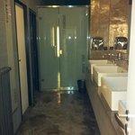 Gemeinschaftsbad mi Duschen, Toiletten und Waschbecken