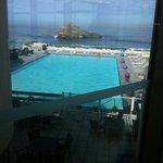 Vue sur la mer et piscine depuis le bar