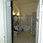 Das Bad - rechte Tür führt ins WC