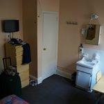 Vue depuis le lit (entrée, placard, lavabo, bureau)