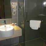 baño limpio y dotado de set  aseo personal
