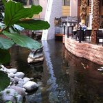 dining area med karpar i vattnet i full -80-tslsstil á la Miami Vice goes Japan.