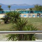 vue de la chambre sur la piscine et la mer